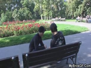 Megtalálja a barátnőjét és a haver csalását
