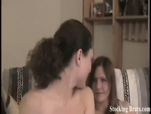 Renee és monica mélyen torkolva a nylonban