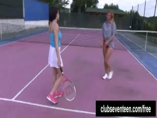 Buxomy lezzies nyikorgott a teniszpályán