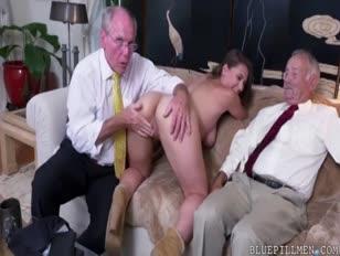 Az öregedő társaik a fiatalkori lányra támaszkodnak