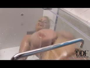 Big-titted lola a zuhany alatt